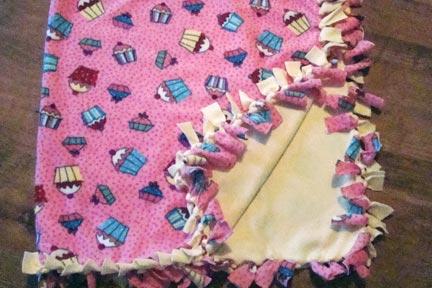 DIY: Cupcake Fleece No-Sew Blanket – showmemama.com